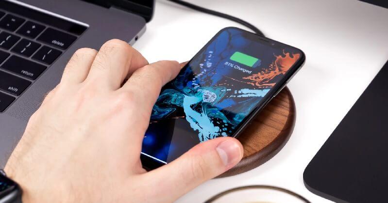 ワイヤレス充電中のiPhoneXS